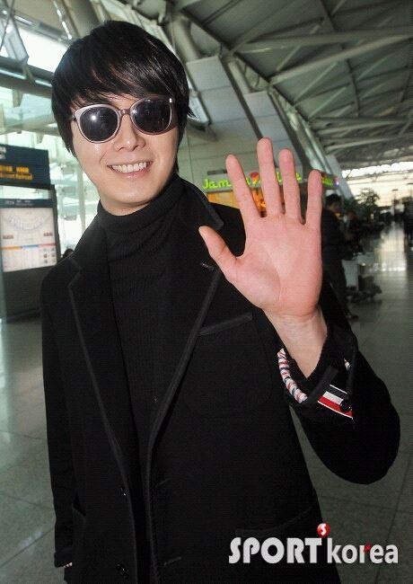 2012 11 30 Jung II-woo at the MAMA Awards Airport Arrival00008