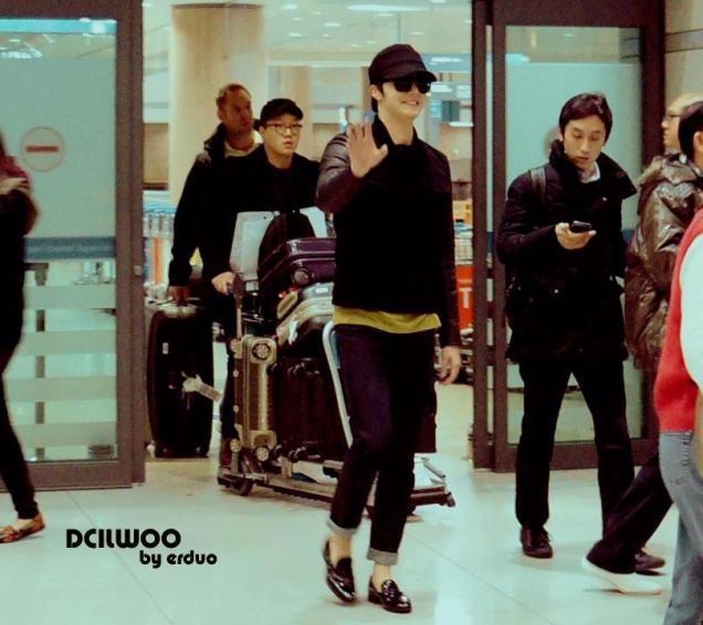 2012 11 30 Jung II-woo at the MAMA Awards Airport Departure00005