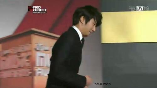 2012 11 30 Jung II-woo at the MAMA Awards Screen Caps00001