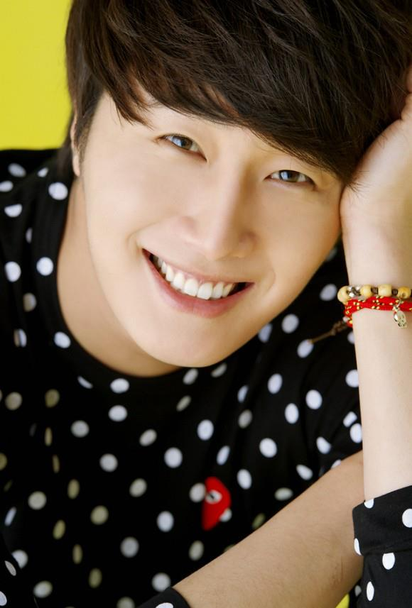 2012 5 29 Jung II-woo for KStyle Polka Dots Yellow Background 00004
