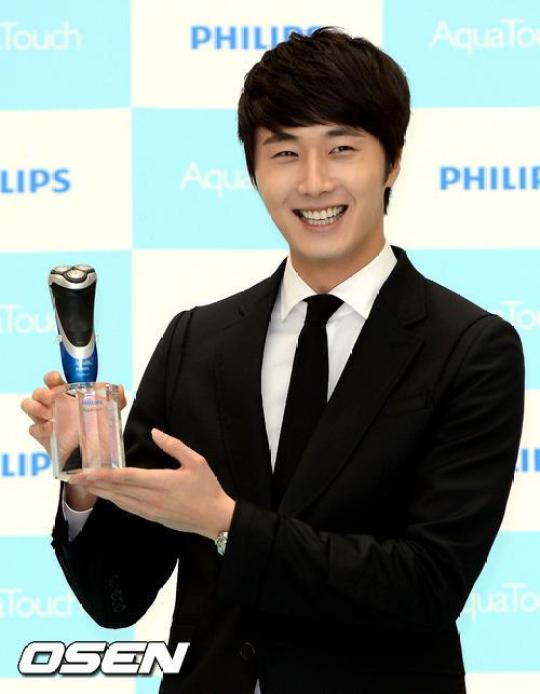2012 5 Jung II-woo in Philip's Event for winning best skin among male college students 00036