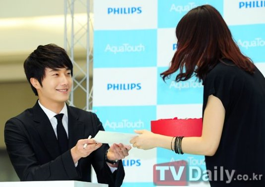 2012 5 Jung II-woo in Philip's Event for winning best skin among male college students 00043