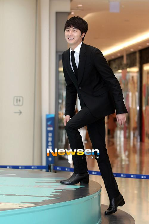 2012 5 Jung II-woo in Philip's Event for winning best skin among male college students 00064