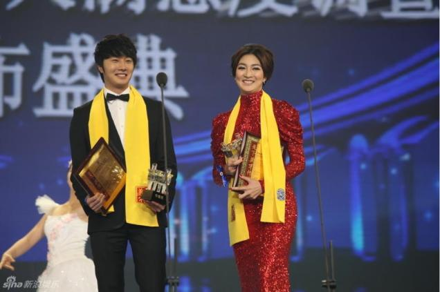 2012 7 3 Jung II-woo receives the Grand Prize for an Asian young Male in China.00007