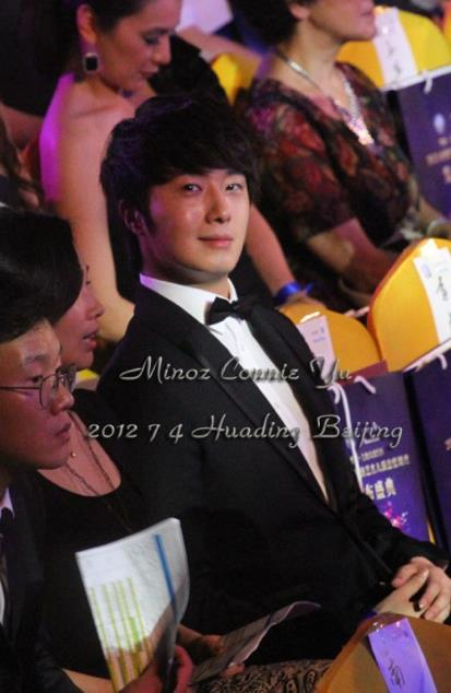 2012 7 3 Jung II-woo receives the Grand Prize for an Asian young Male in China.00012