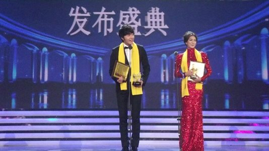 2012 7 3 Jung II-woo receives the Grand Prize for an Asian young Male in China.00019