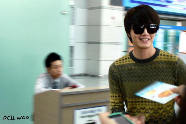 2012 9 23 Jung II-woo in Holika Holika's Fan Meet in Malaysia (airport) 00136