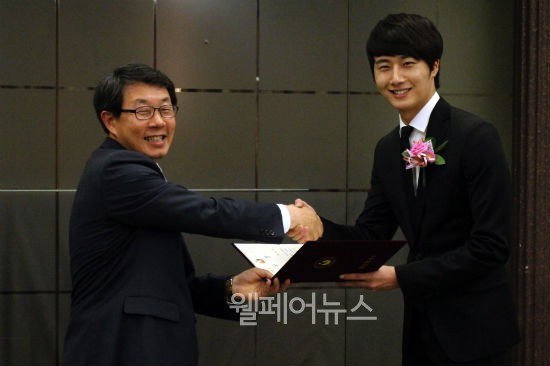 "Actor Jung Il-woo was awarded the ""Sharing Impression"" at the ""2nd Happiness Sharing Person"" awards ceremony by the Ministry of Health and Walfare 1.jpg"