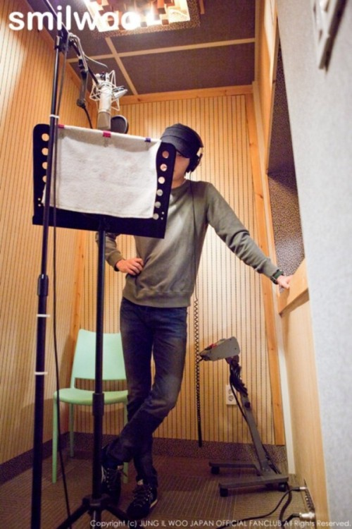 2013 2 Jung II-woo atthe recording studio preparing sound for a Fan Meet.00006