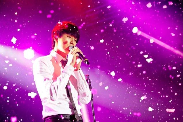 Jung II-woo at Taiwan's Fan Meeting 2012 12 8 Singing 00014