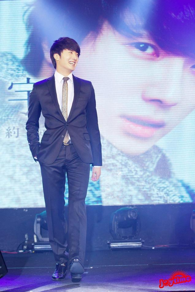Jung II-woo at Taiwan's Fan Meeting 2012 12 8 With Host00003