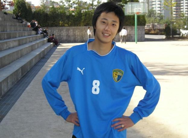 Jung II-woo playing soccer in school...middle school? high school?