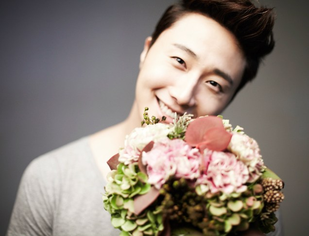 2013 10 Jung II-woo Rainbow Photo Shoot, Part 7 With flowers. Cr. Kwon Yoon-sung 00004