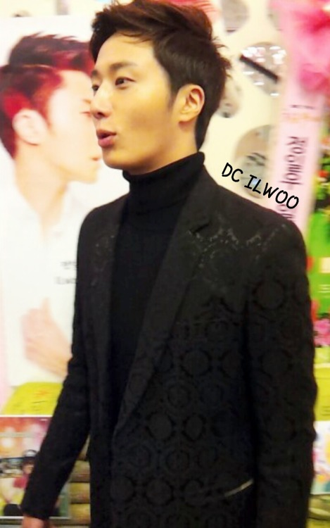 2013 11 7 Jung II-woo at the Press Conference for Golden Rainbow, black overcoat10