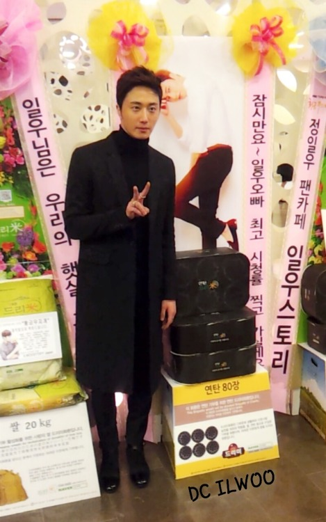 2013 11 7 Jung II-woo at the Press Conference for Golden Rainbow, black overcoat12