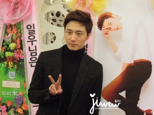 2013 11 7 Jung II-woo at the Press Conference for Golden Rainbow, black overcoat6