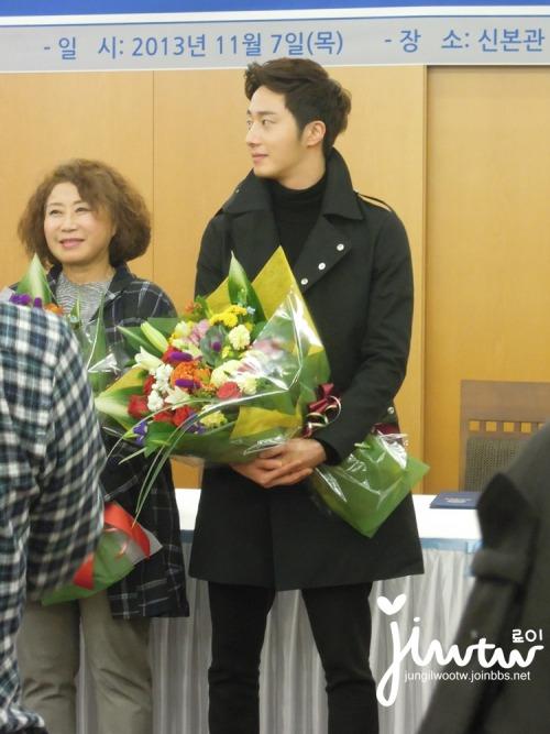 2013 11 7 Jung II-woo donates money for Hanyang University 17