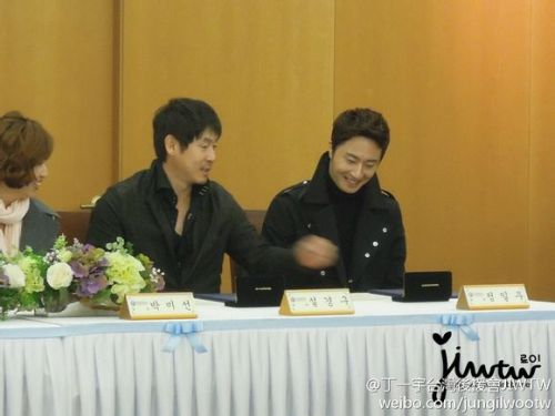 2013 11 7 Jung II-woo donates money for Hanyang University 4
