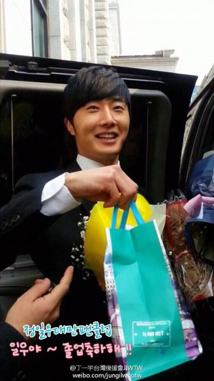 Jung II-woo's Graduation Hanyang University 2014 2 20 Fan Taken (Leaving the ceremony)7