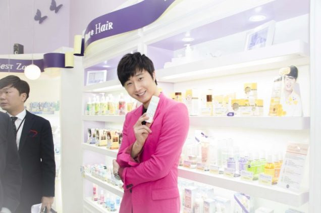 2014 5 27 Jung Il-woo at a Holika Holika Greet and Meet in Indonesia. Extra 5.jpg