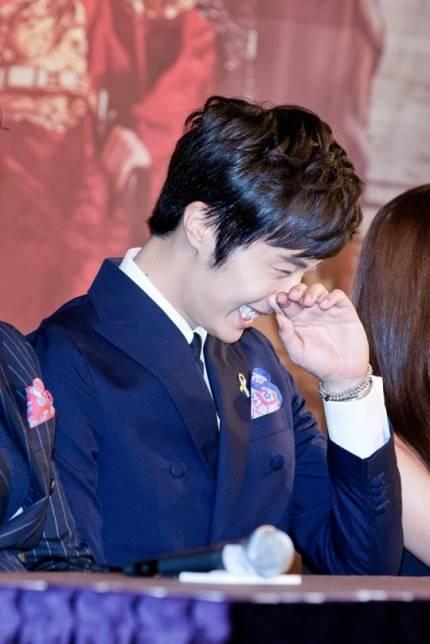 2014 8 19 Jung II-woo wearing Hanbok designed by his mom 15.jpg