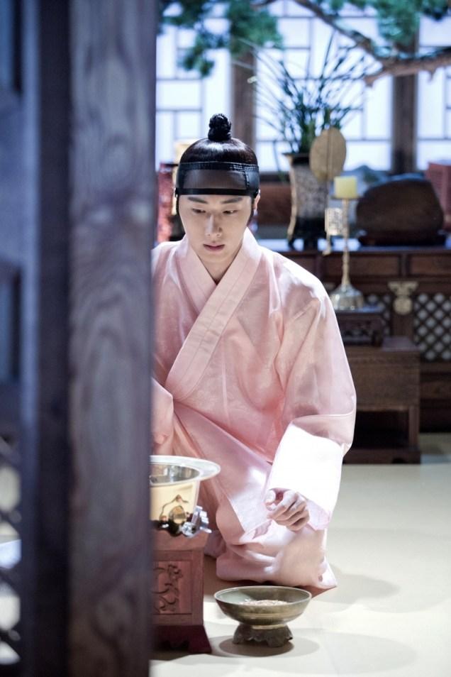 2014 8 Jung II-woo in Night Watchman's Journal BTS in Pink 11