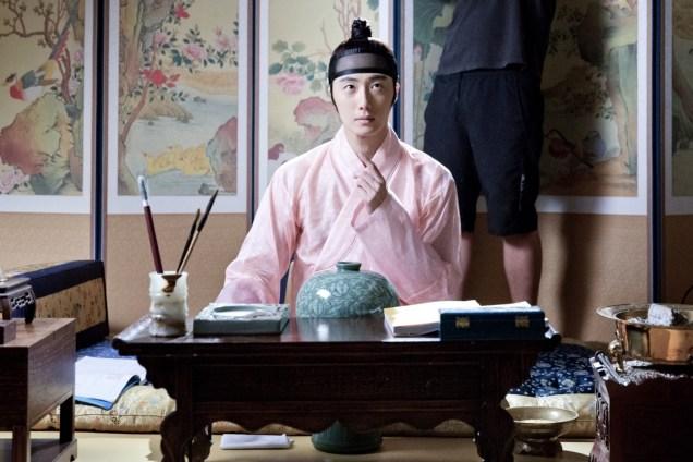 2014 8 Jung II-woo in Night Watchman's Journal BTS in Pink 14