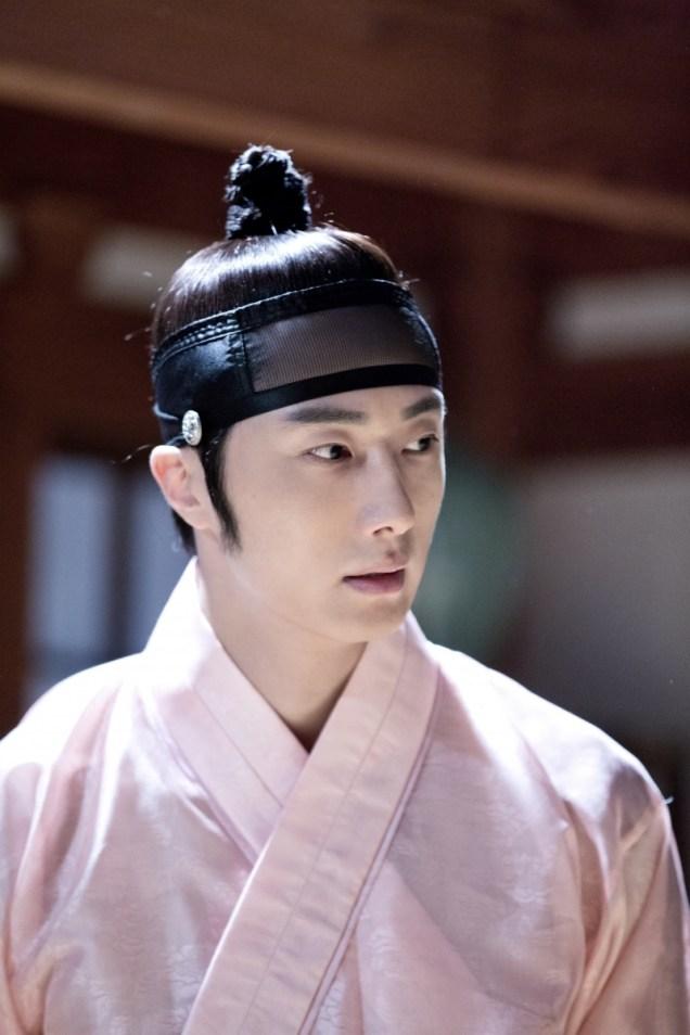 2014 8 Jung II-woo in Night Watchman's Journal BTS in Pink 7