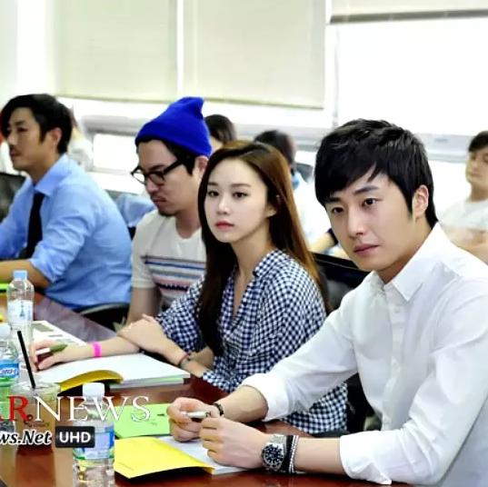 Jung II-woo reading the Night Watchman Journal Script. Cr. Jungilwoo.com 00013