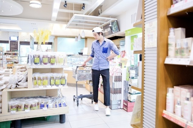 Jung Il-woo Shopping in prep for NIght Watchman's Journal. 00001