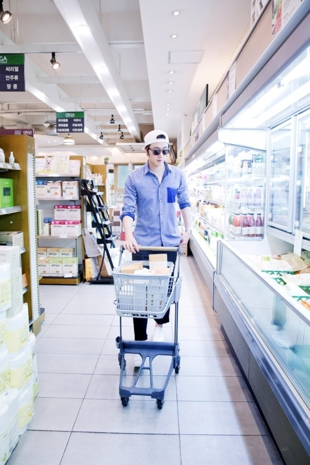 Jung Il-woo Shopping in prep for NIght Watchman's Journal. 00003