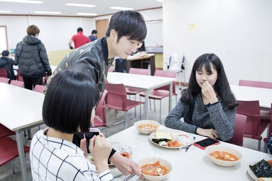 2014 10 7 Jung Il-woo dates his girlfriend:s secretly Cr. jungilwoo.com for Starcast 14.jpg