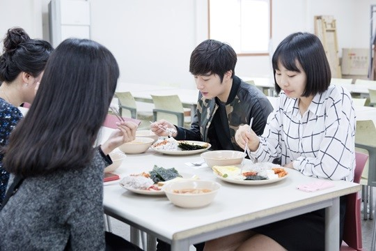 2014 10 7 Jung Il-woo dates his girlfriend:s secretly Cr. jungilwoo.com for Starcast 15.jpg