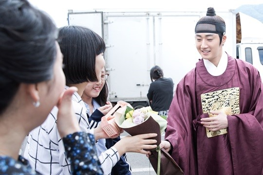 2014 10 7 Jung Il-woo dates his girlfriend:s secretly Cr. jungilwoo.com for Starcast 31.jpg
