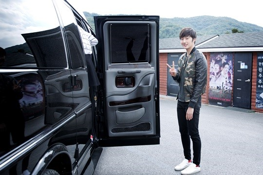 2014 10 7 Jung Il-woo dates his girlfriend:s secretly Cr. jungilwoo.com for Starcast 9.jpg