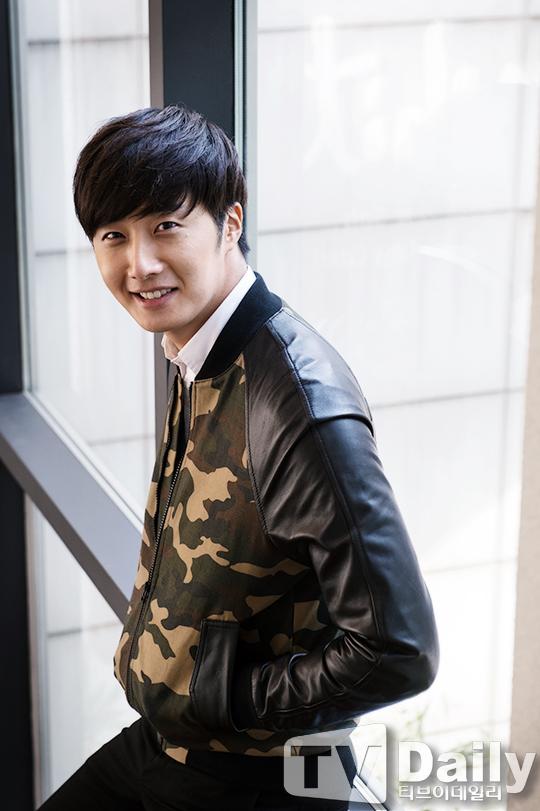 2014 11 Jung Il-woo in a camouflage jacket photo shoot 3