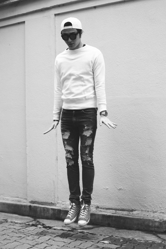 2014 8 Jung II-woo ripped pants photo shoot 5
