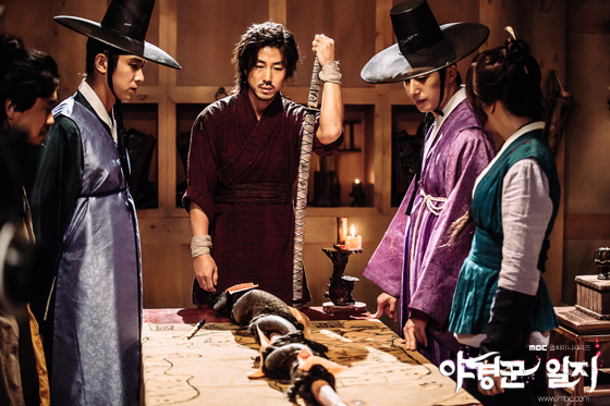 2014 9:10 Jung Il-woo in THe Night Watchman's Journal Episode 17 BTS 3