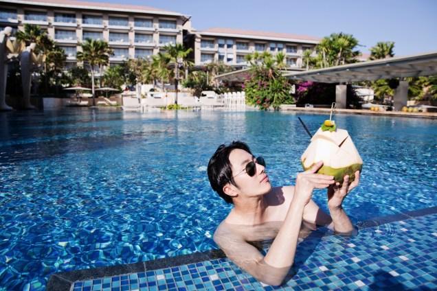 2014 10:11 Jung Il-woo in Bali : BTS Part 1 Enjoying the pool! .jpg 8
