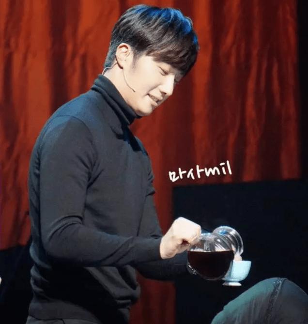 2014 11 22 Jung II-woo in his Fourth Korean Fan Meet. Fan taken. Cr. On photo..png