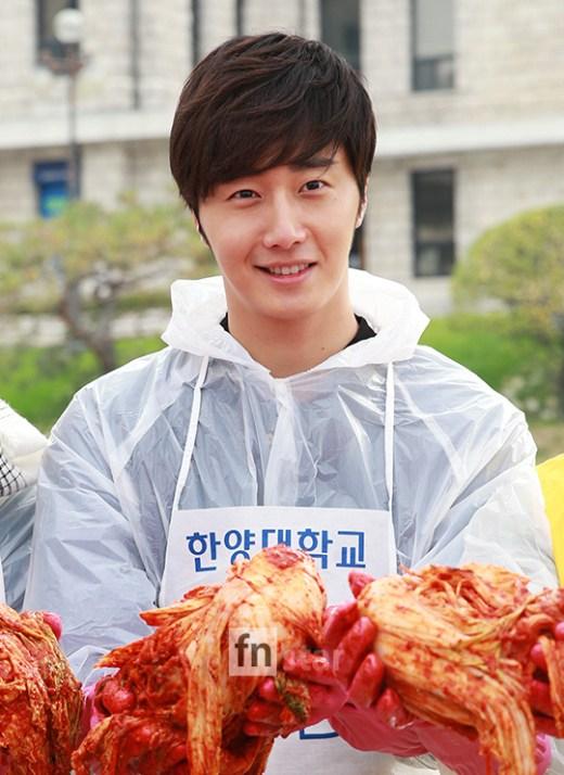 2014 11 Jung Il-woo making Kimchi at Hanyang University. 10