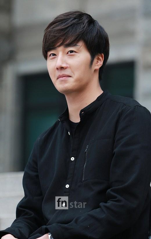 2014 11 Jung Il-woo making Kimchi at Hanyang University. 3