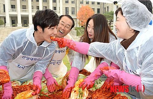 2014 11 Jung Il-woo making Kimchi at Hanyang University. 4