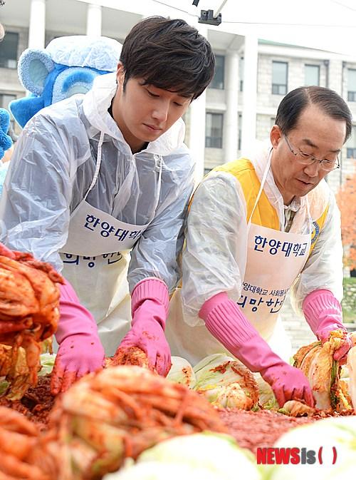 2014 11 Jung Il-woo making Kimchi at Hanyang University. 5