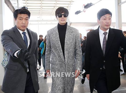 2014-12-2-jung-il-woo-at-the-airport-via-normandy-france-4.jpg