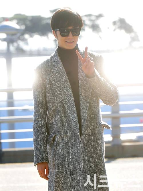 2014 12 2 Jung Il-woo at the airport via Normandy, France. 6