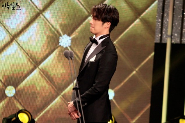 2014 12 30 Jung Il-woo at the 2014 MBC Awards Presenting Flowers 1