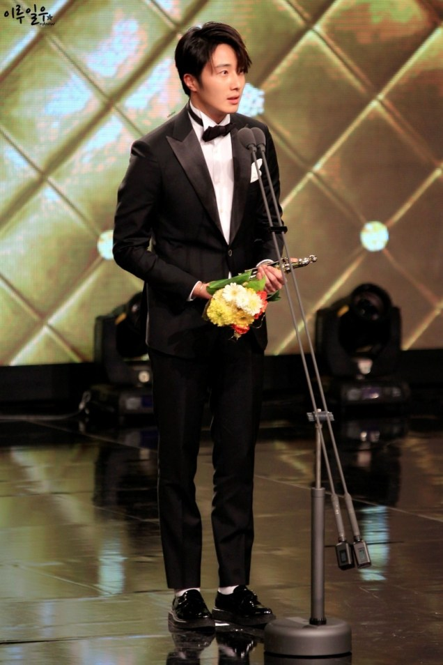 2014 12 30 Jung Il-woo at the 2014 MBC Awards Presenting Flowers 4