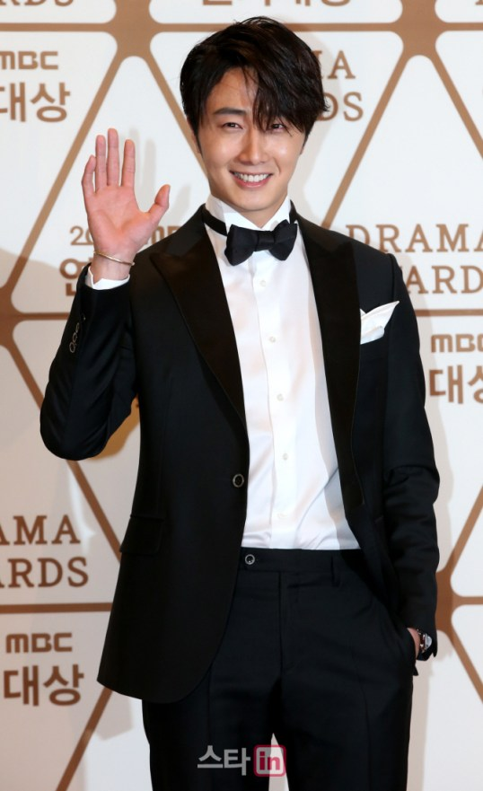 2014 12 30 Jung Il-woo Red Carpet at the 2014 MBC Awards 11