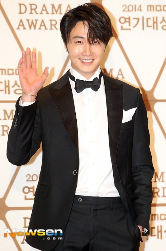 2014 12 30 Jung Il-woo Red Carpet at the 2014 MBC Awards 15